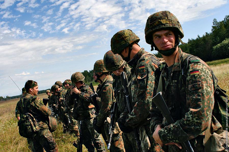 Немецкие солдаты в поле
