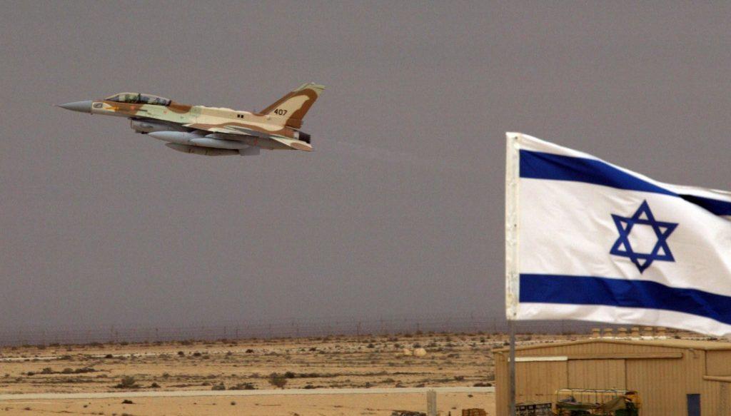 Израильский самолет взлетает с военного аэродрома