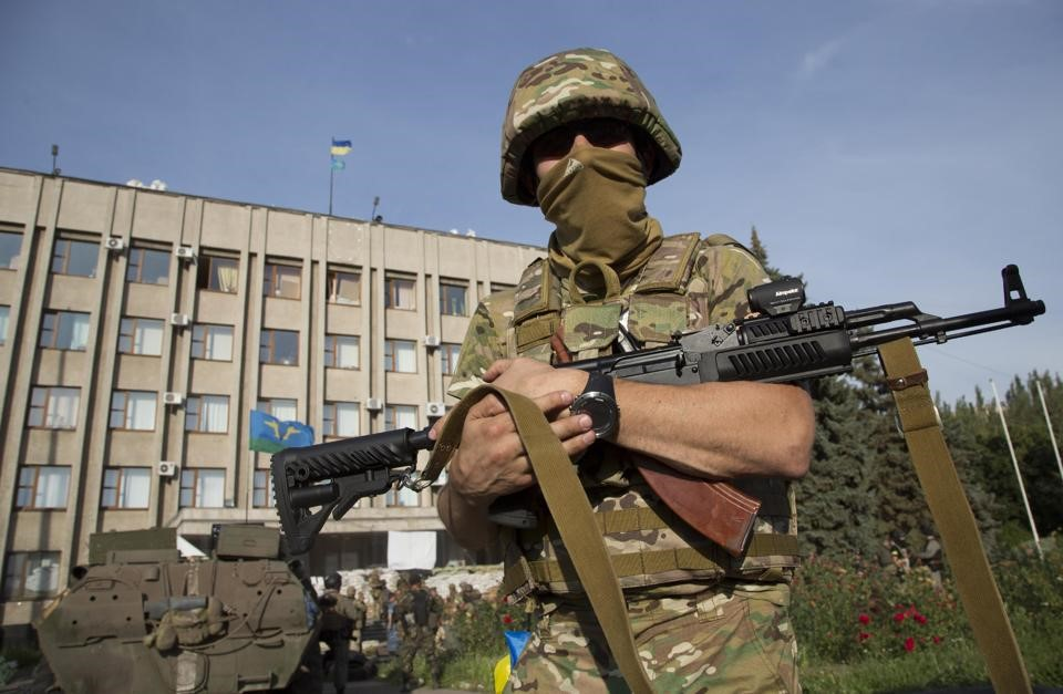 Солдат ВСУ с АК-74 в руках