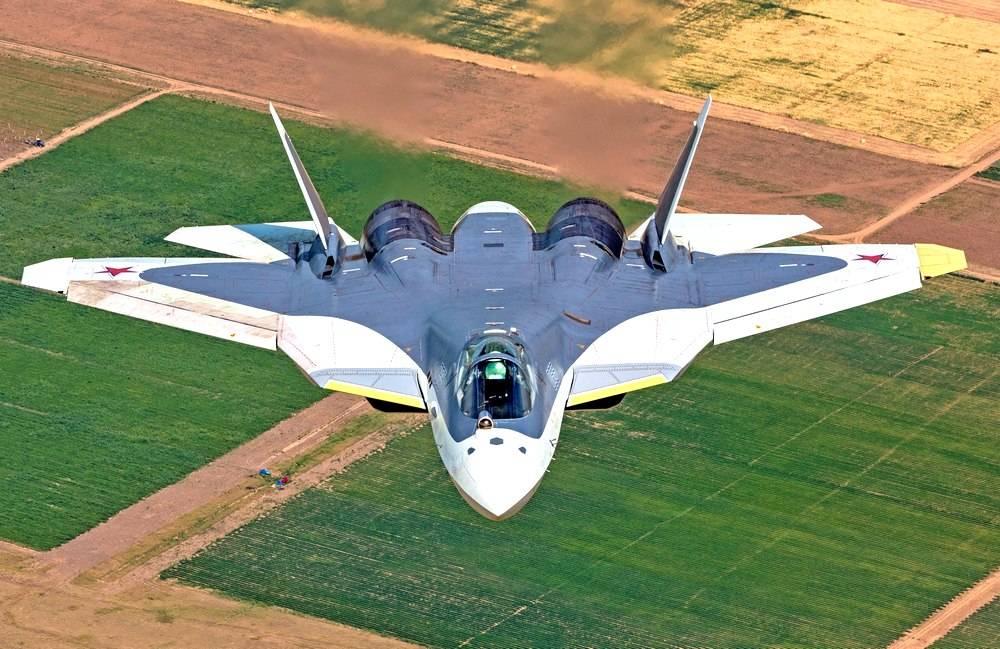 Су-57 летит над землей