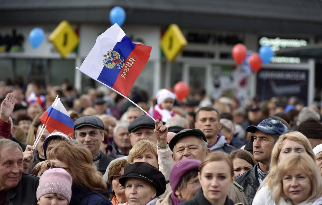 Толпа россиян