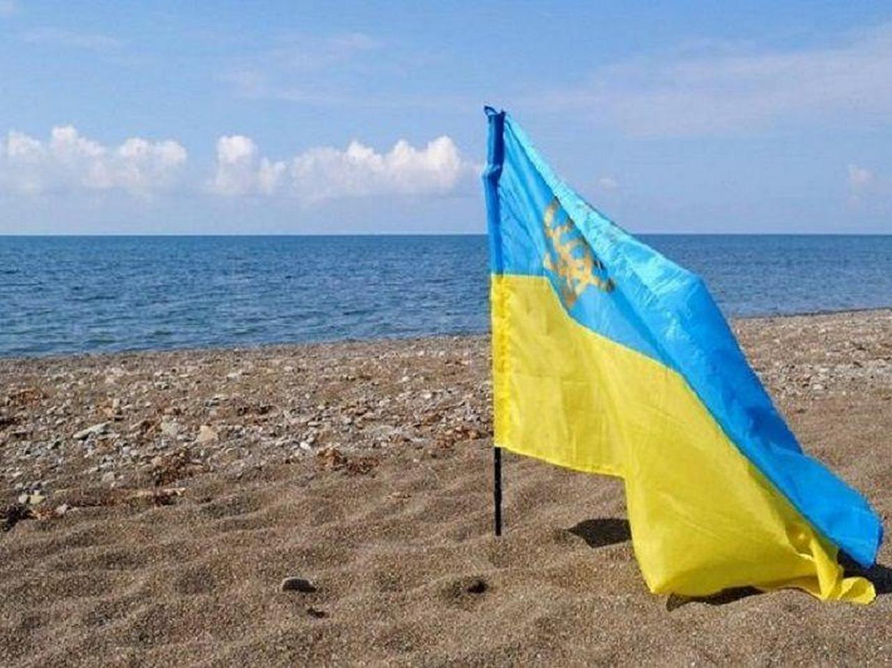 Украинский флаг на берегу