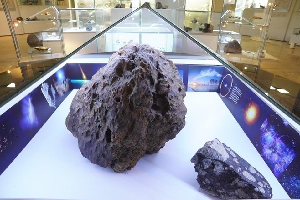 Фрагмент Челябинского метеорита в музее