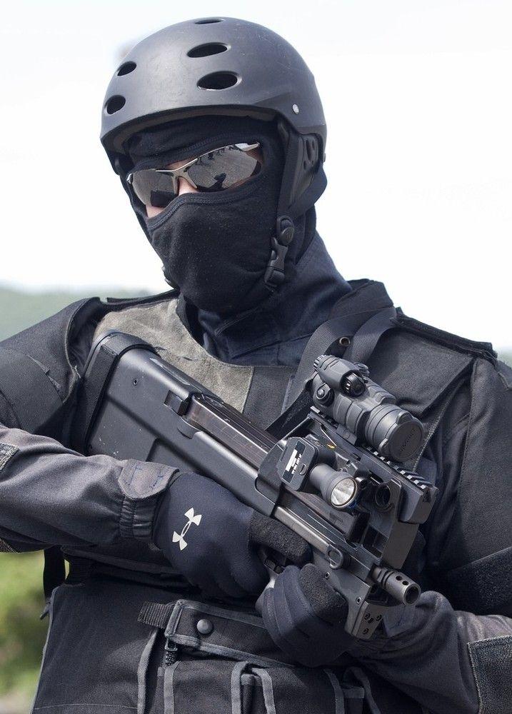 Боец с FN P90