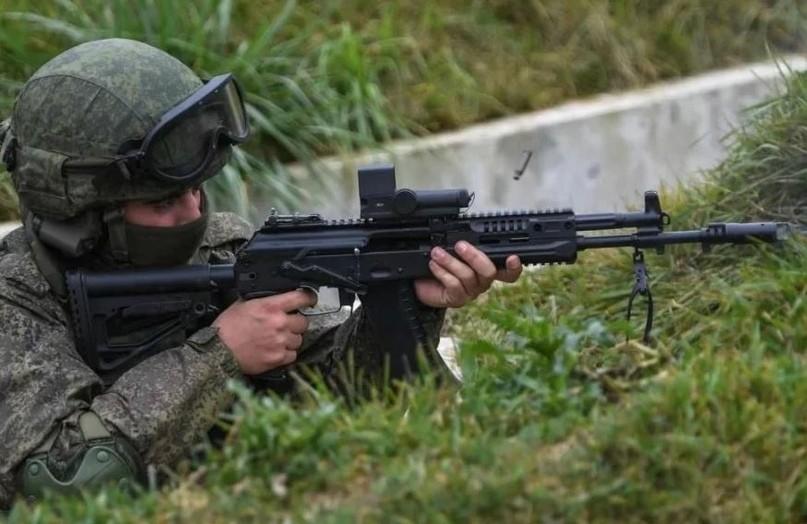 Солдат с АК-12