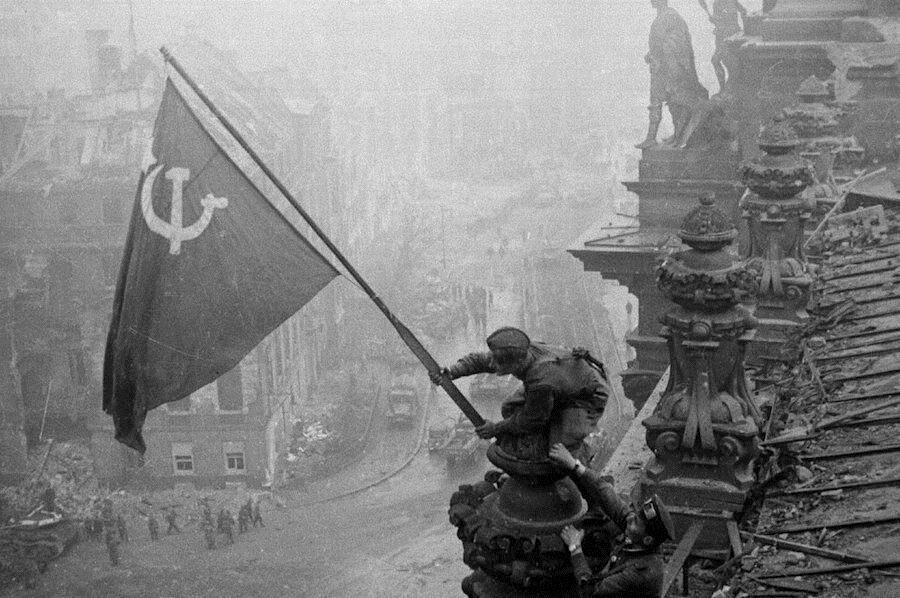 Советский флаг на крыше Рейхстага