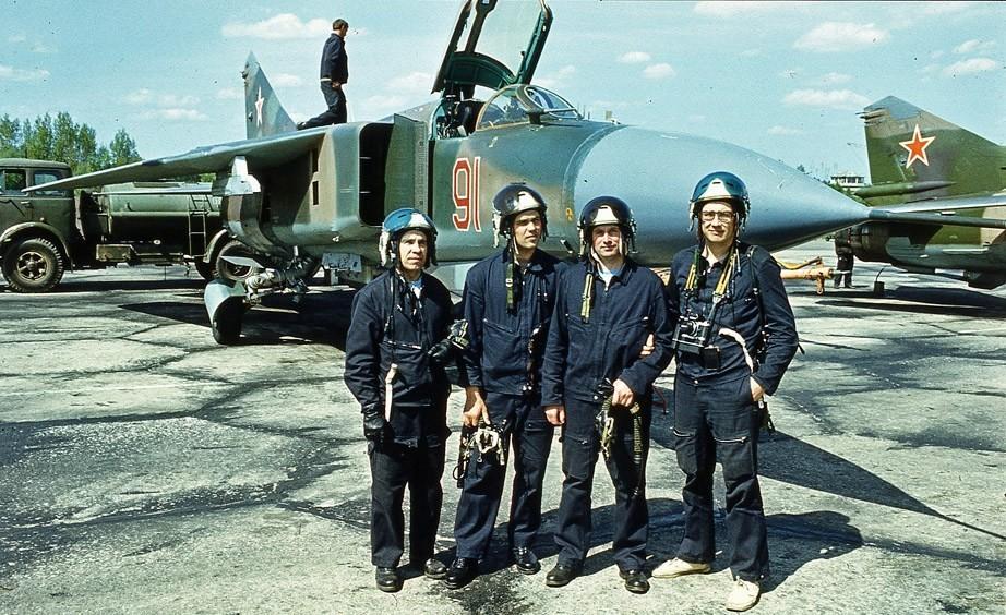 Летчики на фоне МиГ-23