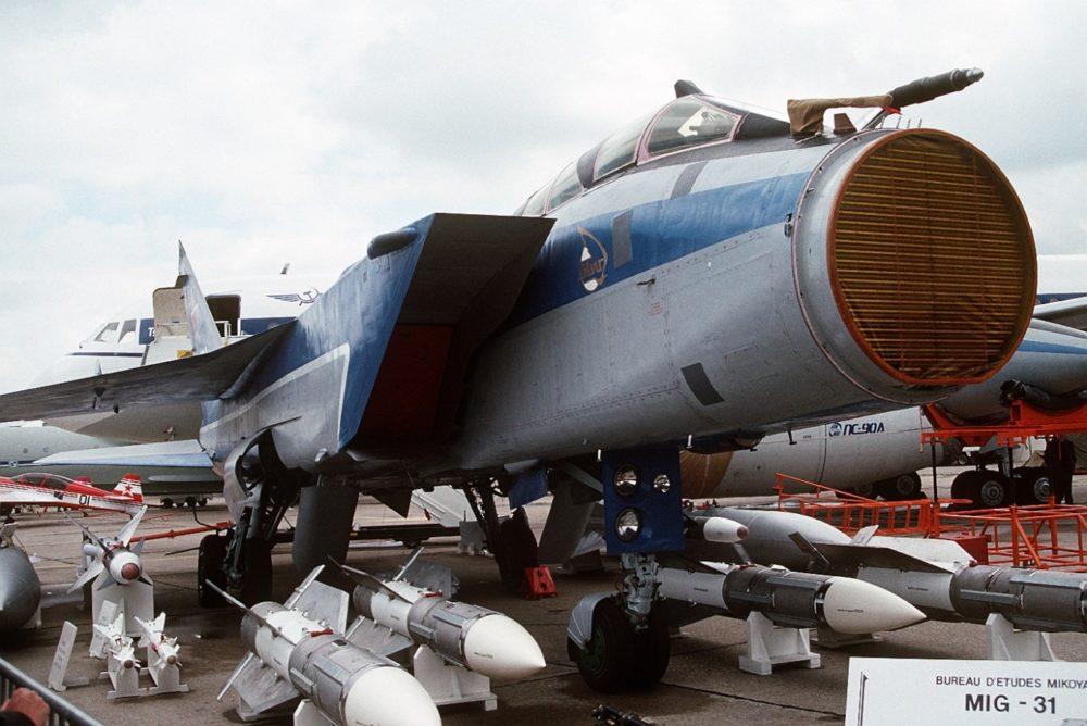 МиГ-31 с открытой антенной РЛС