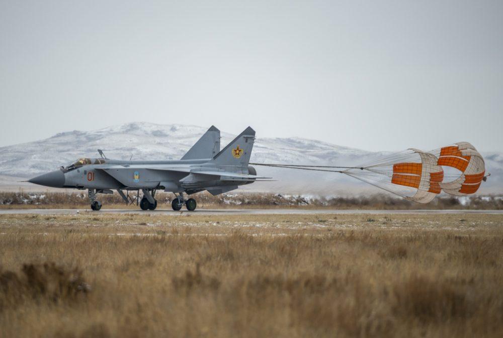 МиГ-31 с тормозным парашютом
