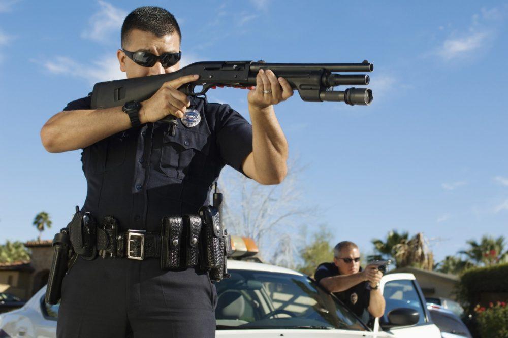 Полицейский с дробовиком