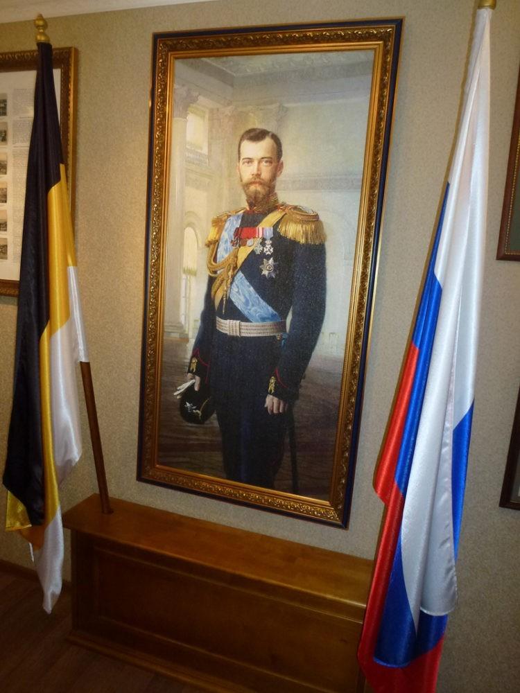 Портрет императора и флаги