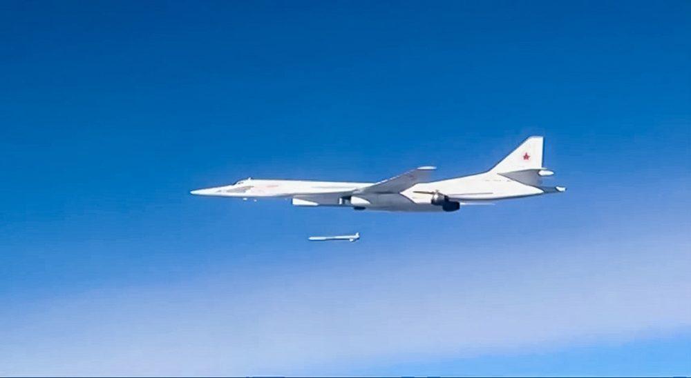 Ту-160 запускает ракету