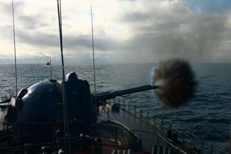 БПК проекта 1155 ведет огонь