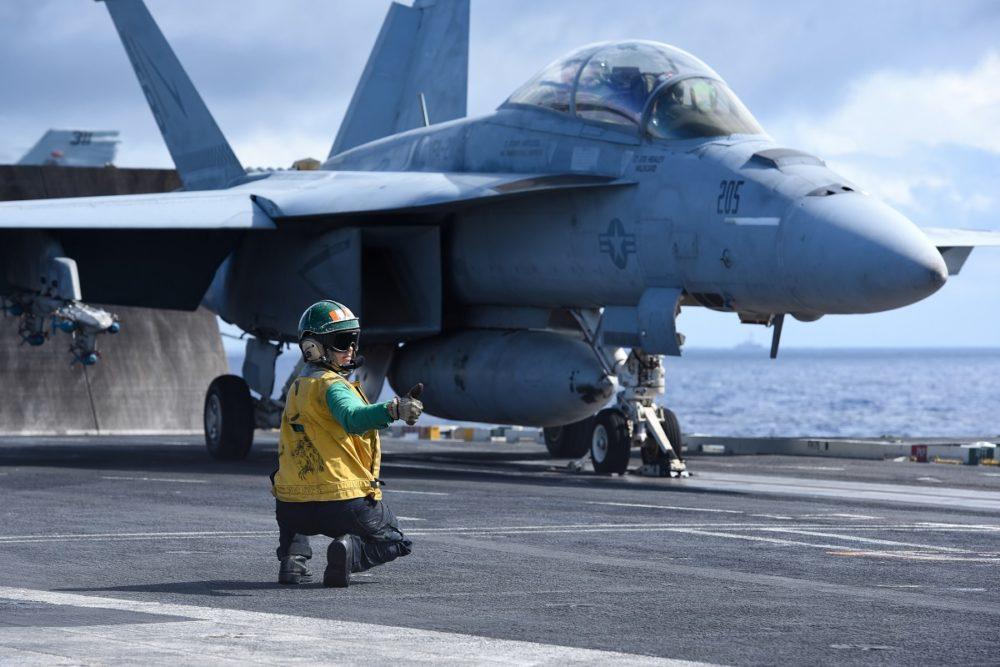 F/A-18 на палубе авианосца США