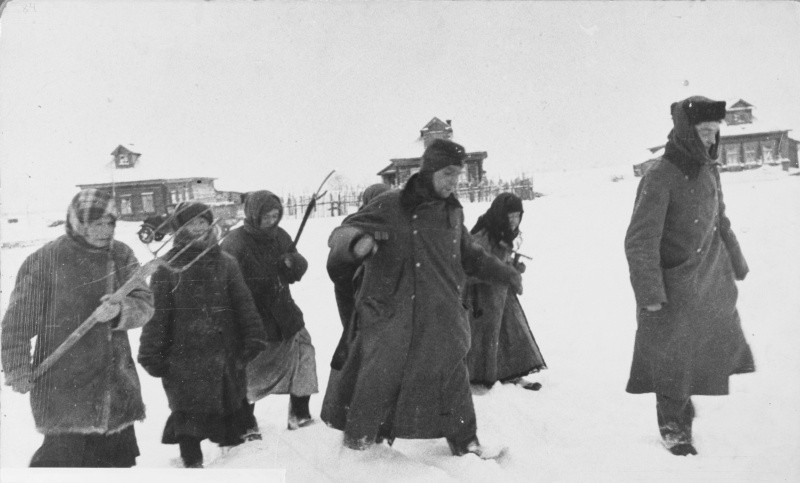 Деревенские женщины и плененные немецкие солдаты