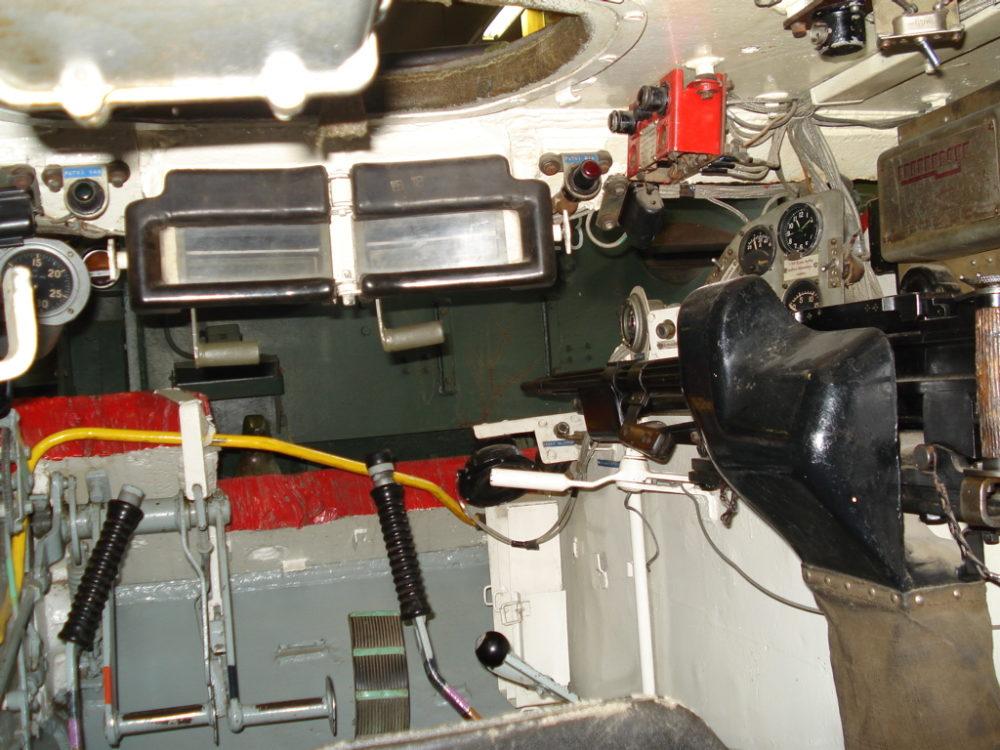 Место механика-водителя в Т-62