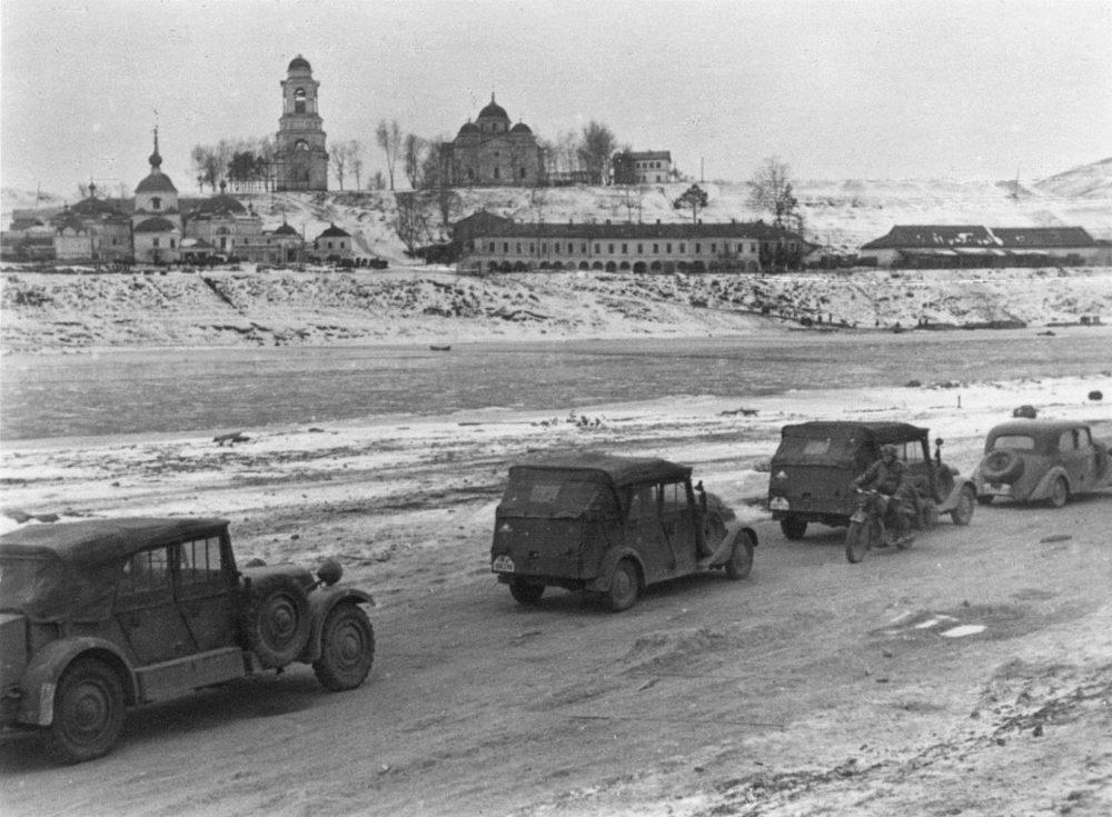 Немецкая автоколонна в Старице