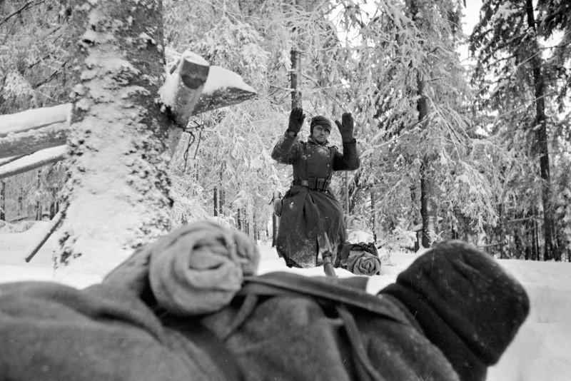 Немецкий солдат сдается в плен