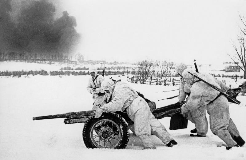 Расчет 45-мм противотанковой пушки