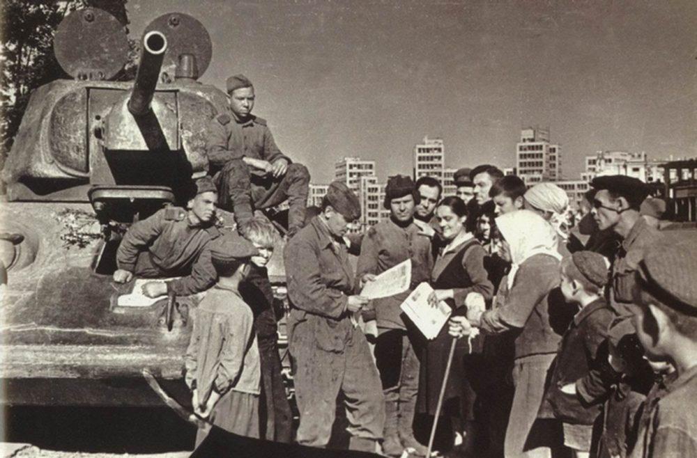 Советские танкисты и жители Харькова