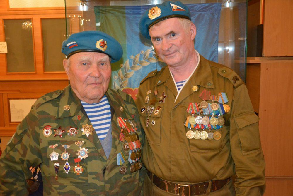 Ветераны-десантники с наградами