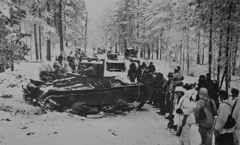 Финские солдаты осматривают Т-37