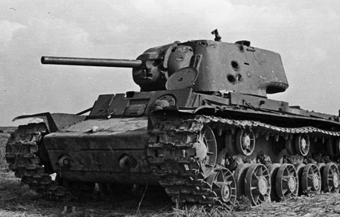 КВ-1 со следами попаданий снарядов