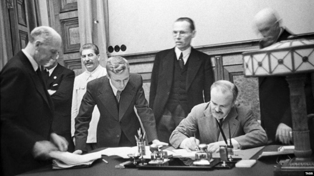 Подписание договора о ненападении между СССР и Германией