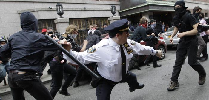 Полицейский с тонфой