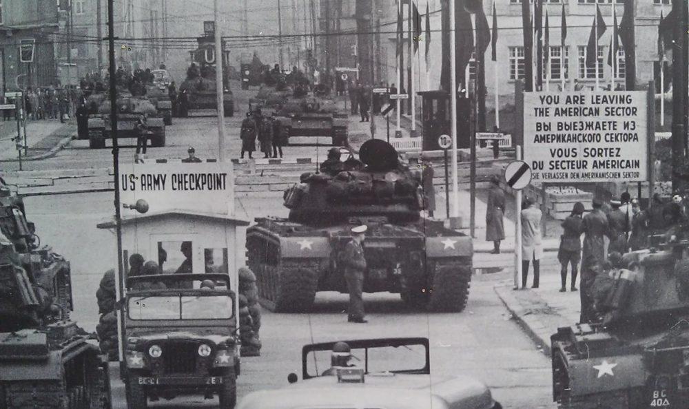 Противостояние танков СССР и США в Берлине