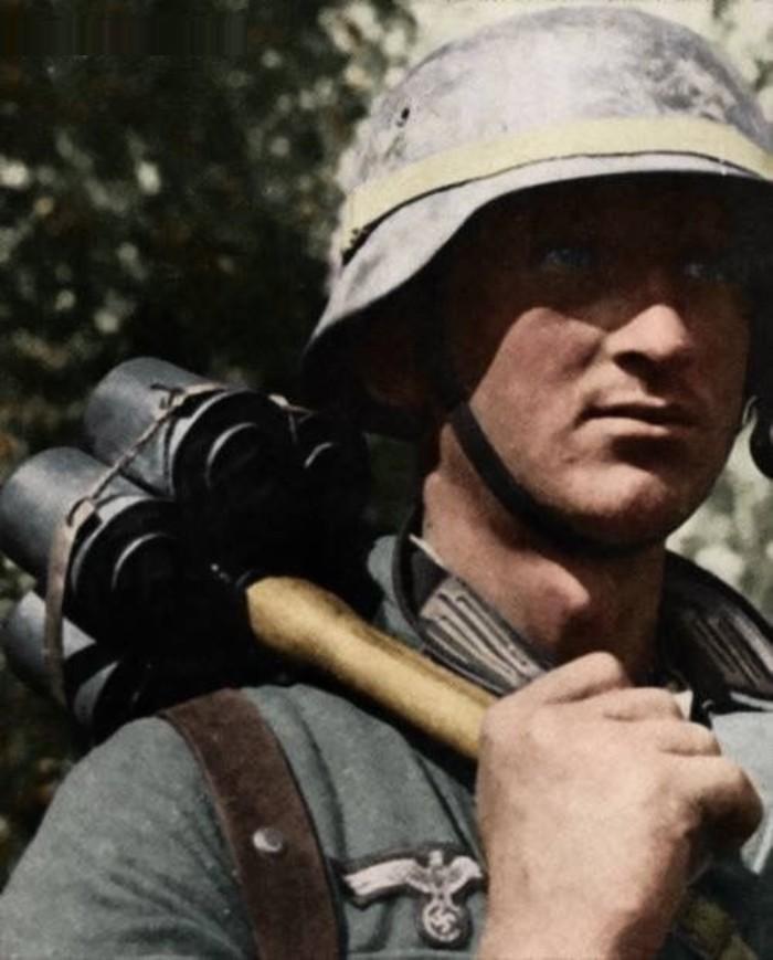 Солдат со связкой M-24