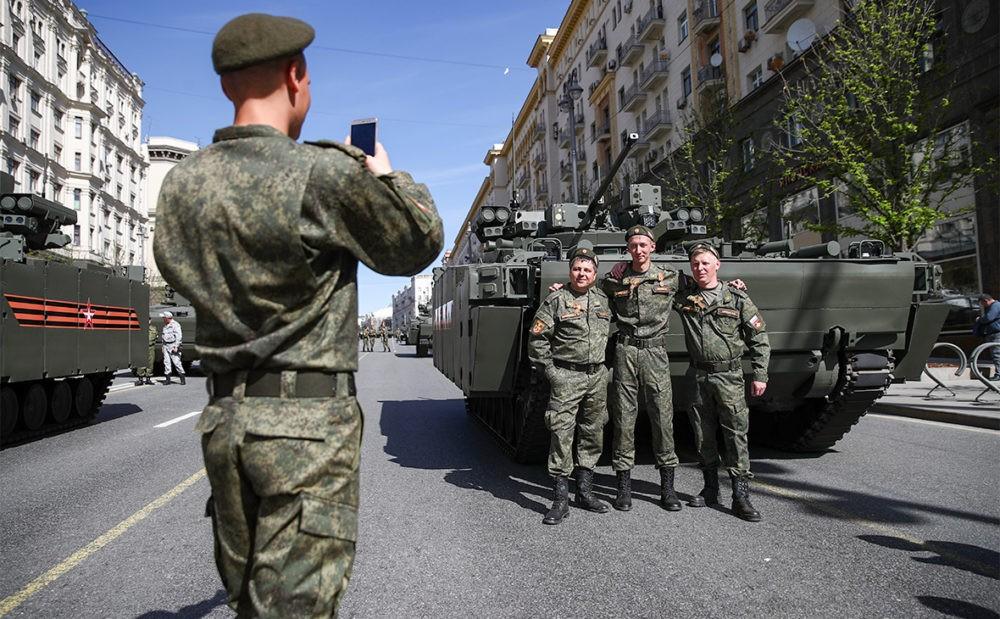 Солдаты на фоне бронетехники