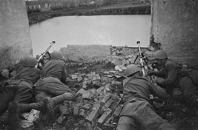 Советские бронебойщики с ПТРС