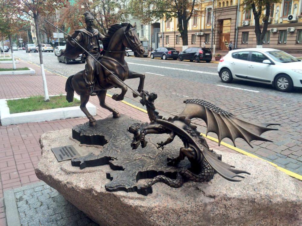 Скульптура у входа в офис СБУ