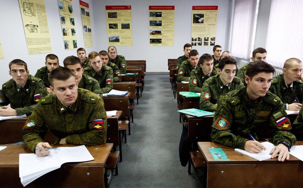 Военнослужащие за партами