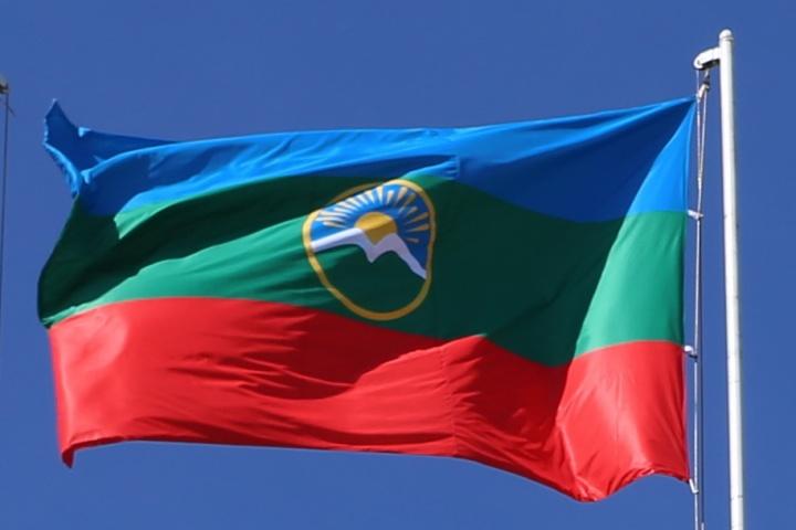 Флаг КЧР и РФ